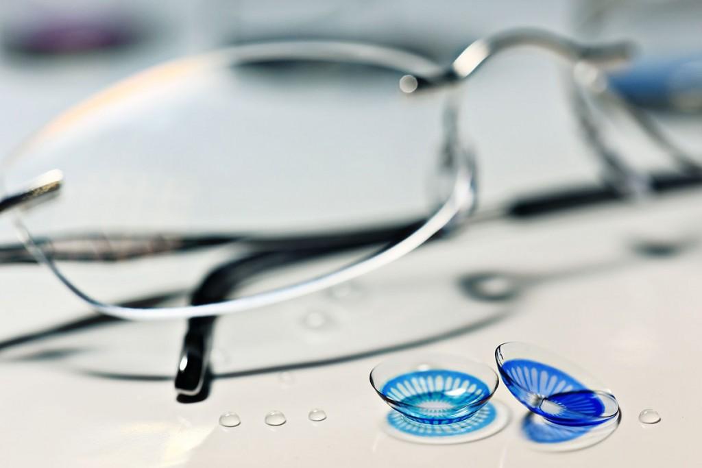 Okulary kontra soczewki toryczne – co wybrać?